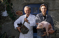 "Europe/France/Bretagne/29/Finistère/Plouhinec : Henri et Catherine Peuziat éleveurs de cochons fermiers bio ""Gorré"" et charcutiers [Non destiné à un usage publicitaire - Not intended for an advertising use]"
