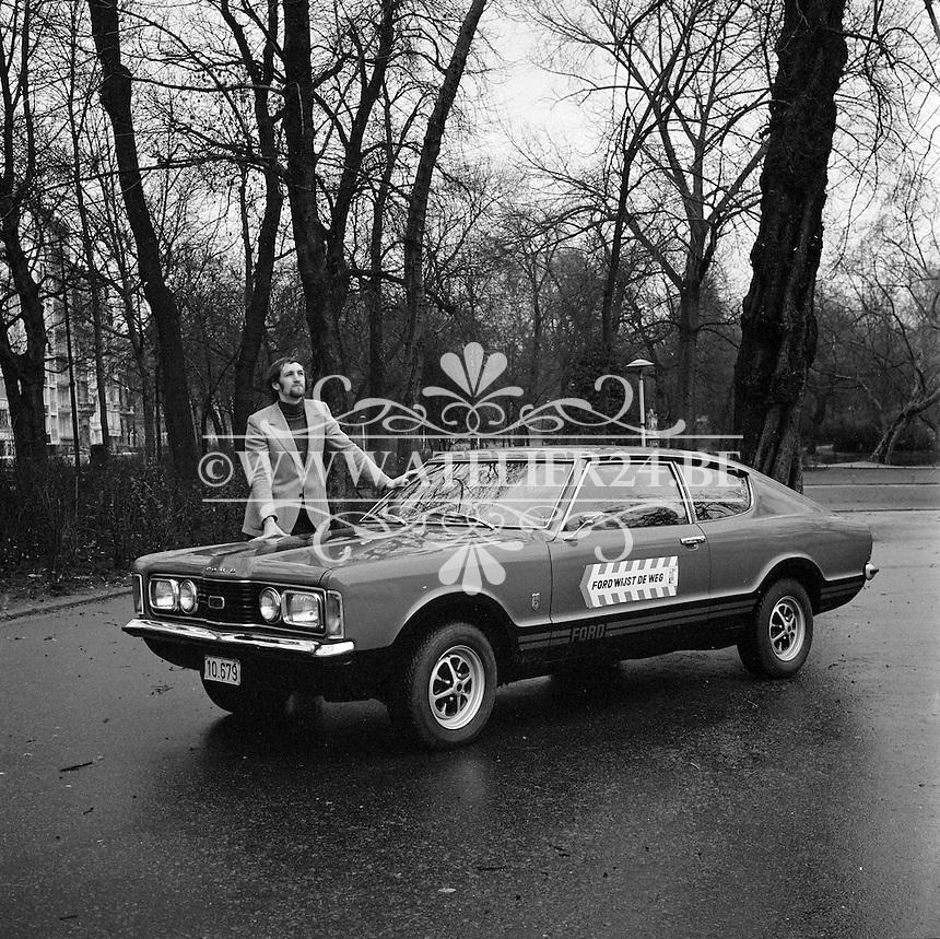 1971. Basketbalsspeler Etienne Geerts met een Ford.