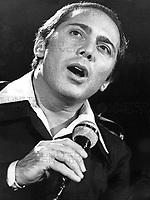Paul Anka, kanadischer Sänger, bei einem Auftritt im deutschen Fernsehen, Deutschland 1977.