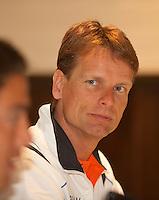 26-04-10, Zoetermeer, SilverDome, Tennis, Persconferentie Davis Cup, Captain Jan Siemerink luistert aandachtig naar zijn 2e man Jesse Huta Galung