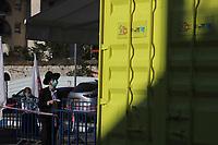 Un Haredi espera su turno pare recibir el test de COVID 19 en el bario Ultra Ortodoxo Geula en Jerusalén. Magen David Adom (la versión israelí de la Cruz Roja) junto al Ministerio de Salud erigieron una zona con un conteiner diseñado para llevar a cabo  las pruebas del coronavirus en un estacionamiento del barrio para quienes podían llegar por cuenta propia. <br /> En un esfuerzo por detener el contagio del COVID 19 el gobierno israelí decreto el uso obligatorio de barbijos en las calles. La pandemia ha afectado fuertemente a la comunidad Haredi. El gobierno israelí decreto un confinamiento limitando la salida a 100 metros de los hogares. <br /> Foto Quique Kierszenbaum
