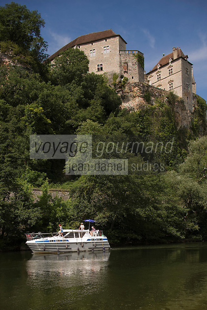 Europe/France/Midi-Pyrénées/46/Lot/Cénevières:Bateau de Tourisme fluvial à l'écluse sur la vallée du Lot et le Château de Cénevières