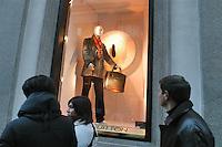 - shopping nel centro di Milano, corso Vittorio Emanuele e via Montenapoleone, negozio Louis Vuitton..- shopping in the center of Milan, Vittorio Emanuele and  Montenapoleone street, Louis Vuitton shop