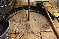Europe/France/Poitou-Charentes/86/Vienne/Neuville-de-Poitou:Fabrication de l' Huile de Noix à Huilerie de Neuville