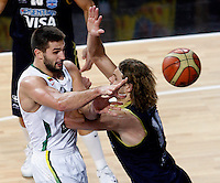 Linas KLEIZA (Lithuania)  gights for the ball with Hernan JASEN (Argentina) during the quarter-final World championship basketball match against Argentina in Istanbul, Lithuania-Argentina, Turkey on Thursday, Sep. 09, 2010. (Novak Djurovic/Starsportphoto.com).