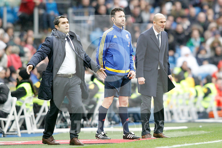 Real Madrid's coach Zinedine Zidane (r) and Athletic de Bilbao's coach Ernesto Valverde during La Liga match. February 13,2016. (ALTERPHOTOS/Acero)