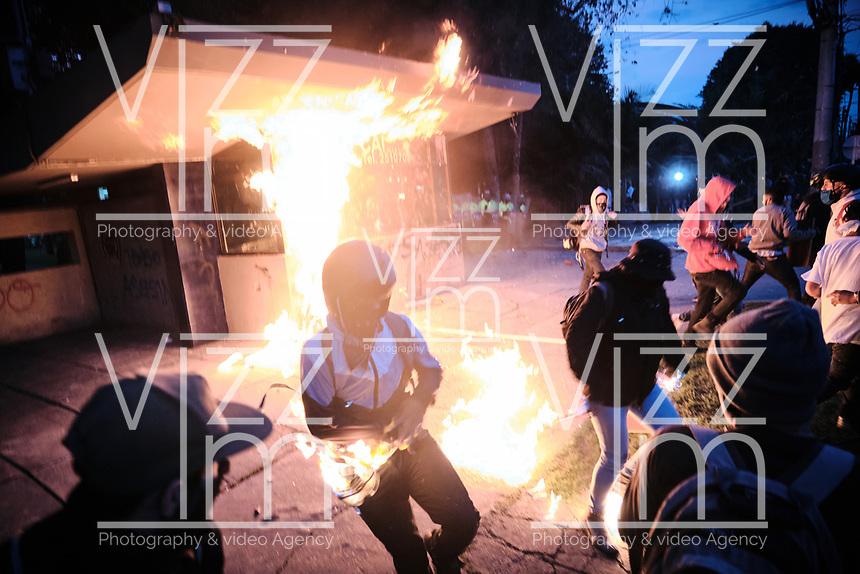 BOGOTA - COLOMBIA, 10-09-2020: Manifestantes tratan de incendiar el CAI de Villa Luz durante el segundo día de protestas causadas por el asesinato del abogado Javier Ordoñez, abogado de 46 años, a manos de efectivos de la Policía de Bogotá el pasado miércoles 09 de septiembre de 2020 en el barrio Villa Luz al noroccidente de Bogotá (Colombia). En lo que va corrido del 2020 la alcaldía de Bogotá ha recibido 137 denuncias  de abuso policial de las cuales la Policía acusa recibido de 38.  / Protesters try to set fire to the CAI Villa Luz during the second day of protests caused by the murder of lawyer Javier Ordoñez, a 46-year-old lawyer, at the hands of members of the Bogotá Police on Wednesday, September 9, 2020 in Villa Luz neighborhood in the northwest of Bogotá (Colombia). So far in 2020 the Bogotá mayor's office has received 137 complaints of police abuse of which the Police accuse they have received 38. Photo: VizzorImage / Alejandro Avendaño / Cont