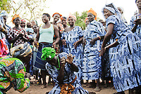 Afrika Westafrika Burkina Faso Dorf Sesuala bei Pó , Ethnie Kassena ,.Frauen Kooperative verarbeiten Karite Nuesse zu Shea Butter , Dorffest Tanz / BURKINA FASO , village Sesuala near Pó , ethnic Kassena , women cooperative produce shea butter from Karite  tree, village festival