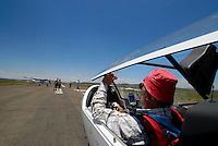 Startbereit: AFRIKA, SUEDAFRIKA, 21.12.2007: Startbereit auf der Piste, Startbahn in Gariepdam, Duo Diskus, Rumpf, Aufwind-Luftbilder