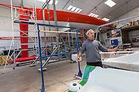 France, Bretagne, (29), Finistère, Concarneau: Roland Jourdain navigateur, dans l'atelier de sa société Kaïros spécialisée dans les biocomposites