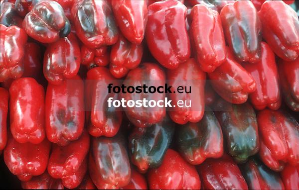 red pepper displayed at a farmer's market<br /> <br /> pimiento rojo en un mercado<br /> <br /> rote Paprika auf einem Markt<br /> <br /> 5525 x 3516 px<br /> Original: 35 mm slide transparancy