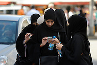 TURKEY Istanbul, veiled women with smart phones / TUERKEI Istanbul, Frauen mit Mobiltelefon