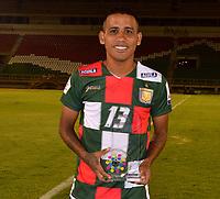 TUNJA-COLOMBIA, 29-01-2020: Nelino Tapia de Boyacá Chicó F. C., recibe el premio como jugador del partido al termino del partido entre Boyacá Chicó F. C. y Patriotas Boyacá F. C., de la fecha 2 por la Liga BetPlay DIMAYOR I 2020 en el estadio La Independencia en la ciudad de Tunja. / Nelino Tapia of Boyacá Chicó F. C., receives the best player prize after a match between Boyacá Chicó F. C. and Patriotas Boyacá F. C., of the 2nd date for the BetPlay DIMAYOR Leguaje I 2020 at La Independencia stadium in Tunja city. / Photo: VizzorImage / José Miguel Palencia / Cont.