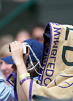 28-06-12, England, London, Tennis , Wimbledon, Wimbledon towel to cool spectator