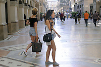 - Milano, turisti stranieri visitano il centro città<br />