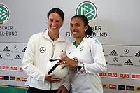 Marta (BRA) stellt sich auf die Zehenspitzen, um so gross zu sein wie Birgit Prinz (D)<br /> PK zum Laenderspiel Deutschland vs. Brasilien *** Local Caption *** Foto ist honorarpflichtig! zzgl. gesetzl. MwSt. Auf Anfrage in hoeherer Qualitaet/Aufloesung. Belegexemplar an: Marc Schueler, Am Ziegelfalltor 4, 64625 Bensheim, Tel. +49 (0) 151 11 65 49 88, www.gameday-mediaservices.de. Email: marc.schueler@gameday-mediaservices.de, Bankverbindung: Volksbank Bergstrasse, Kto.: 151297, BLZ: 50960101