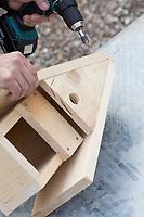 Selbstgebaute Holz-Nistkästen, Nistkasten für Vögel aus Holz, Vogelkasten, Meisenkasten selber bauen, selbst bauen, Basteln, Bastelei. Schritt 7: die Frontseite mit dem Einflugloch wird eingesetzt und mit den beiden Dachseiten verschraubt
