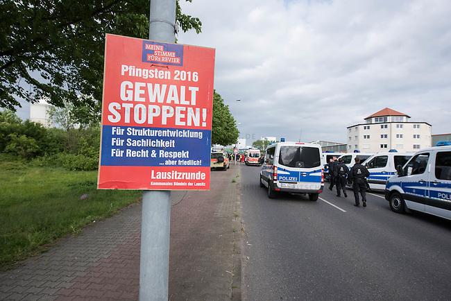 """Klimacamp """"Ende Gelaende"""" bei Proschim in der brandenburgischen Lausitz.<br /> Mehrere tausend Klimaaktivisten  aus Europa wollen zwischen dem 13. Mai und dem 16. Mai 2016 mit Aktionen den Braunkohletagebau blockieren um gegen die Nutzung fossiler Energie zu protestieren.<br /> Mehrere hundert Aktivisten stuermten am Nachmittag des 14. Mai das Gelaende des Kraftwerk Schwarze Pumpe. Die Polizei kam nach ca. 20 Minuten auf das Werksgaende und die Aktitivisten vierliessen das Gelaende wieder. Ca. 60 Personen wurden danach von der Polizei festgenommen.<br /> Im Bild: Polizei vor dem Kraftwerksgelaende. Das Plakat """"Gewalt stoppen!"""" wurde nach Anwohneraussagen von der Gewerkschaft IGBCE unter dem Tarnnamen eines angeblichen Buendnisses """"Lausitzrunde - Kommunales Buendnis der Lausitz"""" gedruckt und rund um das Kraftwerksgelaende aufgehaengt.<br /> 14.5.2016, Schwarze Pumpe/Brandenburg<br /> Copyright: Christian-Ditsch.de<br /> [Inhaltsveraendernde Manipulation des Fotos nur nach ausdruecklicher Genehmigung des Fotografen. Vereinbarungen ueber Abtretung von Persoenlichkeitsrechten/Model Release der abgebildeten Person/Personen liegen nicht vor. NO MODEL RELEASE! Nur fuer Redaktionelle Zwecke. Don't publish without copyright Christian-Ditsch.de, Veroeffentlichung nur mit Fotografennennung, sowie gegen Honorar, MwSt. und Beleg. Konto: I N G - D i B a, IBAN DE58500105175400192269, BIC INGDDEFFXXX, Kontakt: post@christian-ditsch.de<br /> Bei der Bearbeitung der Dateiinformationen darf die Urheberkennzeichnung in den EXIF- und  IPTC-Daten nicht entfernt werden, diese sind in digitalen Medien nach §95c UrhG rechtlich geschuetzt. Der Urhebervermerk wird gemaess §13 UrhG verlangt.]"""