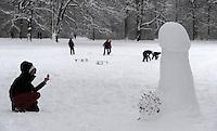 """Nach ergiebigem Schneefall in den letzten Tagen war der Clara-Zetkin-Park voll von Menschen , die die weiße Pracht in vollen Zügen genossen haben. Ob mit dem Schlitten, auf Ski oder einfach zu Fuß - der Schnee erfreute auf vielerlei Wegen. im Bild: mit """"Sicherheitsabstand"""" wird dieser ca. 1,60m große Schneepenis an der Anton-Bruckner-Allee fotografiert.   Foto: Norman Rembarz..Norman Rembarz , Autorennummer 41043728 , Holbeinstr. 14, 04229 Leipzig, Tel.: 01794887569, Hypovereinsbank: BLZ: 86020086, KN: 357889472, St.Nr.: 231/261/06432 - Jegliche kommerzielle Nutzung ist honorar- und mehrwertsteuerpflichtig! Persönlichkeitsrechte sind zu wahren. Es wird keine Haftung übernommen bei Verletzung von Rechten Dritter. Autoren-Nennung gem. §13 UrhGes. wird verlangt. Weitergabe an Dritte nur nach  vorheriger Absprache.."""