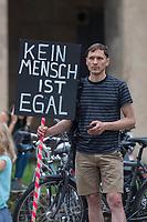 """Kundgebung vor dem Berliner Polizeipraesidium am Montag den 10. Juli 2017 anlaesslich der Einstellung des Verfahrens gegen Polizisten, welche im September 2016 den irakischen Fluechtling Hussam Fadl Hussein bei einem Polizeieinsatz auf dem Gelaende einer Fluechtlingsunterkunft erschossen haben.<br /> Der 29 jaehrige Familienvater und Polizist wurde am 27.9.2016 in einer Berliner Fluechtlingsunterkunft von drei Polizisten von hinten erschossen, als er versucht haben soll sich einem festgenommenen Mann zu naehern, der seine Tochter missbraucht haben soll. Die Polizei hatte behauptet in Notwehr gehandelt zu haben, da Hussam Fadl Hussein angeblich mit einem Messer bewaffnet gewesen sein soll. Augenzeugen sagten jedoch aus, dass Hussam Fadl Hussein nicht bewaffnet gewesen sei und kein Messer gehabt habe.<br /> Die Staatsanwaltschaft hat das Ermittlungsverfahren Ende Mai 2017 mit dem Verweis auf Notwehr der Beamten eingestellt.<br /> Die Initiativen """"Reach Out"""", """"Kampagne fuer Opfer rassistischer Polizeigewalt (KOP)"""", der Fluechtlingsrat Berlin und Haman Gate (Ehefrau des Erschossenen) fordern die Wiederaufnahme der Emittlungen, eine Anklageerhebung der Staatsanwaltschaft und ein Strafverfahren gegen die Polizeibeamten, die auf Hussam Fadl geschossen haben und die sofortige Suspendierung der beschuldigten Polizisten. Um diese Forderung zu unterstuetzen haben ca. 100 Menschen vor dem Polizeipraesidium protestiert.<br /> 10.7.2017, Berlin<br /> Copyright: Christian-Ditsch.de<br /> [Inhaltsveraendernde Manipulation des Fotos nur nach ausdruecklicher Genehmigung des Fotografen. Vereinbarungen ueber Abtretung von Persoenlichkeitsrechten/Model Release der abgebildeten Person/Personen liegen nicht vor. NO MODEL RELEASE! Nur fuer Redaktionelle Zwecke. Don't publish without copyright Christian-Ditsch.de, Veroeffentlichung nur mit Fotografennennung, sowie gegen Honorar, MwSt. und Beleg. Konto: I N G - D i B a, IBAN DE58500105175400192269, BIC INGDDEFFXXX, Kontakt: post@christian-di"""
