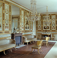 Pompeian style panels on the walls of the Grand Salon are by Louis Masreliez and devoted to a classical divinity of Apollo, Jupiter, Juno and Minerva