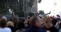 Das Festival With Full Force geht in die 18. Runde. 60 Bands aus der Hardcore-, Punk- und Metallszene haben sich auf dem haertesten Acker Deutschlands nahe Roitzschjora versammelt. Dazu gesellen sich nach Angaben der Veranstalter Sven Borges, Mike Schorler und Roland Ritter fast 30000 Besucher aus aller Welt. Drei Tage lassen die Bands ihre stromgestaehlten Gitarren gluehen und pusten per Mega-Boxenwand das Gras von der Landebahn des Sportflugplatzes. im Bild:  Crowdsurfing bei Bring Me The Horizon, waehrend sich Oliver Scott Sykes kopflastig bewegt (li).  Foto: Alexander Bley