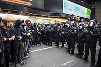 """Proteste gegen Naziaufmarsch """"Tag der Patrioten"""".<br /> Mehere zehntausend Menschen protestirten am Samstag den 12. September 2015 in Hamburg gegen einen von Nazis und Hooligans geplanten Aufmarsch unter dem Motto """"Tag der Patrioten"""". Der Aufmarsch war im Vorfeld gerichtlich untersagt worden, da davon auszugehen sei, dass von ihm Gewalttaten gegen Personen ausgehen wuerden. Die Nazis wichen am Samstag daraufhin nach Bremen aus, wo der Aufmarsch jedoch auch untersagt wurde.<br /> Trotz Verbot versammelten sich an verschiedenen Orten in Hamburg mehrere zehntausend Menschen und protestierten gegen Rassismus und fuer ein Bleiberecht fuer gefluechtete Menschen.<br /> Vor dem Hauptbahnhof kam es zu kleineren Auseinandersetzungen mit der Polizei, die mit 8 Wasserwerfern, Polizeihubschrauber und Beamten aus Bayern, Schleswig-Holstein, Baden-Wuertemberg und Hamburg im Einsatz war.<br /> Als eine Gruppe von ca. 10 bis 15 Nazis und Hooligans im Hauptbahnhof Menschen angriffen, drohte die Lage kurzzeitig zu eskalieren. Die Angreifer mussten aber vor Gegendemonstranten in einen Zug fluechten, wo sie von der Polizei festgesetzt wurden. Der Verkehr durch den Hauptbahnhof war ueber lange Zeit eingestellt, da die Polizei weitere Nazis und Hooligans in ankommenden Zuegen befuerchtete und Auseinandersetzungen verhindern wollte.<br /> Im Bild: Die Polizei sperrt den Hauptbahnhof gegen Gegendemonstranten ab.<br /> 12.9.2015, Hamburg<br /> Copyright: Christian-Ditsch.de<br /> [Inhaltsveraendernde Manipulation des Fotos nur nach ausdruecklicher Genehmigung des Fotografen. Vereinbarungen ueber Abtretung von Persoenlichkeitsrechten/Model Release der abgebildeten Person/Personen liegen nicht vor. NO MODEL RELEASE! Nur fuer Redaktionelle Zwecke. Don't publish without copyright Christian-Ditsch.de, Veroeffentlichung nur mit Fotografennennung, sowie gegen Honorar, MwSt. und Beleg. Konto: I N G - D i B a, IBAN DE58500105175400192269, BIC INGDDEFFXXX, Kontakt: post@christian-ditsch.de<br /> Bei d"""