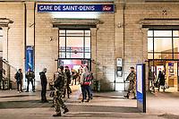 """FRANKREICH, 26.11.2015, Paris.  Der Vorort-Bezirk Saint-Denis ist gepraegt durch seine vielen muslimischen Zuwanderer. Hier liegt das """"Stade de France"""", einer der Orte der Terroranschlaege vom 13.11 und hier lieferte sich die Polizei die schwere Schiesserei mit einigen der beteiligten Islamisten am 18.11. - Der Bahnhof.   The suburban district of Saint-Denis is characterized by its dense muslim immigrant population. Here """"Stade de France"""" is located, one of the places of the Paris terrorist attacks on Nov. 13 and here the police had a heavy shootout with some of the islamists involved on Nov. 18. - The railway station.<br /> � Arturas Morozovas/EST&OST"""