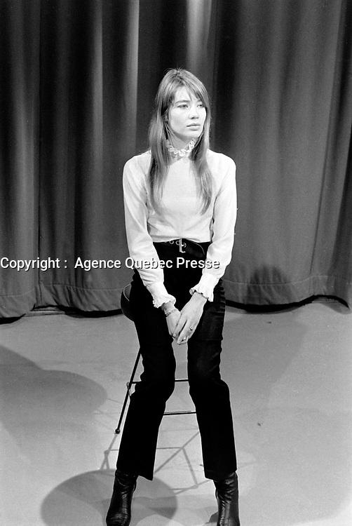 Françoise Hardy devant les caméras de Télé 5 (CKMI) et Télé 4 (CFCM) lors de l'enregistrement de<br /> Teen Club , le 3 février 1968, à la station anglophone CKMI-TV à Québec . L'émission fut diffusée le<br /> 10 février.<br /> <br /> Photographe : Photo Moderne<br /> - Agence Quebec Presse