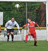 SV Moorsele : Matthias Wittouck bekijkt hoe  David Vervacke de bal wegkopt.foto VDB / BART VANDENBROUCKE