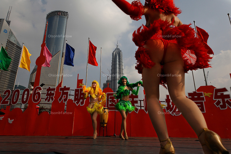 Activities in Mingzhu Park and at the base of the Oriental Pearl Tower during the October Holiday period.