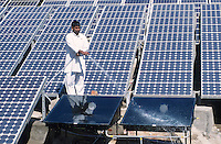 INDIA Rajasthan, cleaning of solar PV panels at Brahma Kumari Ashram in Mt. Abu / INDIEN Reinigung von Solarzellen im Brahma Kumari Ashram in Mt. Abu, more images on this subject available!
