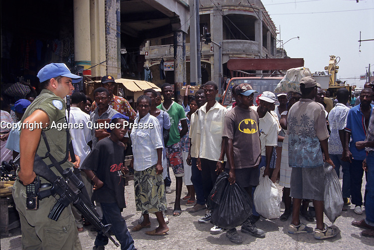 A Canadian army soldier keep an eye on a crowd, during the United Nation<br /> 1997 peace mission in Haiti.<br /> <br /> Les soldats de l'armée Canadienne durant la mission de paix de l'ONU en 1997 en Haiti.<br /> <br /> photo : (c)  Images Distribution