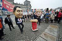 """In Solidaritaet mit dem Whistleblower Edward Snowden und gegen die Ueberwachung veranstalteten die Organisationen """"Rechtsanwaelte gegen Totalueberwachung"""" und campact vor dem Reichstag eine Kundgebung.<br />Sie forderten ein Ende der digitalen Ueberwachung und Asyl fuer Snowden in Deutschland.<br />Im Bild: Als Frank Walter Steinmeier und Angela Merkel verkleidete campact-Aktivisten scheuen sich vor der symolischen """"Heissen Kartoffel"""" - Asyl fuer Edward Snowden.<br />18.11.2013, Berlin<br />Copyright: Christian-Ditsch.de<br />[Inhaltsveraendernde Manipulation des Fotos nur nach ausdruecklicher Genehmigung des Fotografen. Vereinbarungen ueber Abtretung von Persoenlichkeitsrechten/Model Release der abgebildeten Person/Personen liegen nicht vor. NO MODEL RELEASE! Don't publish without copyright Christian-Ditsch.de, Veroeffentlichung nur mit Fotografennennung, sowie gegen Honorar, MwSt. und Beleg. Konto:, I N G - D i B a, IBAN DE58500105175400192269, BIC INGDDEFFXXX, Kontakt: post@christian-ditsch.de<br />Urhebervermerk wird gemaess Paragraph 13 UHG verlangt.]"""