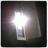 """WindowOver <br /> <br /> WINDOWOVER <br /> progetto e mostra fotografica di Antonella Di Girolamo<br /> <br /> 791 finestre per sperare, sognare, desiderare e andare avanti.<br /> Ogni giorno c'è una finestra dalla quale guardar fuori, finestre di case, di scale di edifici pubblici e privati, di automobili, irripetibili e ripetute, con ospiti o solitarie ma tutte che permettono di guardar fuori e continuare a vedere.<br /> """"WindowOver"""" esprime la speranza di sconfiggere ogni tipo di impedimento, sia fisico che mentale. """"Prigionie"""" dovute a mancanza dei diritti umani, a malattie invalidanti, a società dimenticanti, ma che grazie ad un impegno collettivo potranno essere sconfitte."""