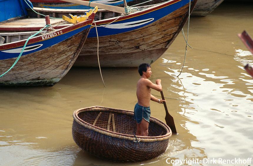 runde Korbboote und Fischerboote in Nha Trang, Vietnam.