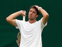 20-06-11, Tennis, England, Wimbledon, Igor Sijsling uit zijn frustratie in de eerste ronde partij die hij verliest van Kunitzin