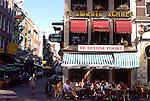 NLD, Niederlande, Provinz Noord Holland, Amsterdam, Straßencafe am Leidseplein, Im Mittelalter wurde der Leidseplein (Leydse Poort) hauptsaechlich als Parkplatz fuer Pferdegespanne genutzt. Dadurch wurde die Innenstadt von Amsterdam mit ihren vielen kleinen Gassen und Bruecken entlastet. Mittlerweile gehoert der Leidseplein jedoch selbst zur Innenstadt und bildet einen wichtigen Knotenpunkt fuer abendliche Unterhaltung. Unabhaengig von der Jahreszeit wird der Leidseplein sowohl von Einheimischen als auch von Touristen genutzt, um sich auf ein spannendes Nightlife vorzubereiten. Wer erst einmal hier ist, hat die Qual der Wahl: In der direkten Umgebung befinden sich unzaehlige Clubs, Diskotheken, Kinos, Theater, Straßencafes und Restaurants.<br /> [Fuer die Nutzung gelten die jeweils gueltigen Allgemeinen Liefer-und Geschaeftsbedingungen. Nutzung nur gegen Verwendungsmeldung und Nachweis. Download der AGB unter http://www.image-box.com oder werden auf Anfrage zugesendet. Freigabe ist vorher erforderlich. Jede Nutzung des Fotos ist honorarpflichtig gemaess derzeit gueltiger MFM Liste - Kontakt, Uwe Schmid-Fotografie, Duisburg, Tel. (+49).2065.677997, fotofinder@image-box.com, www.image-box.com]