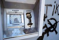 - manifestations against the international G8 summit in Genoa, July 2001, damaged automatic teller ....- manifestazioni contro il summit internazionale G8 a Genova nel luglio 2001, Bancomat danneggiato