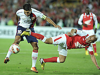 BOGOTÁ-COLOMBIA-02-04-2013. Omar Pérez (10), volante de Independiente Santa Fe de Colombia, disputa el balón con Julio Dos Santos (10) de Cerro Porteño del Paraguay, durante partido en el estadio Nemesio Camacho El Campín de la ciudad de Bogotá, partido por el grupo 6 de la Copa Bridgestone Libertadores 2013. / Omar Pérez (10) of Independiente Santa Fe from Colombia fights for the ball with Julio Dos Santos (10)  of Cerro Porteño from Paraguay during a match for the group 6 of the Copa Bridgestone Libertadores 2013, at Nemesio Camacho El Campin Stadium in Bogota city.  Photo: VizzorImage/STR