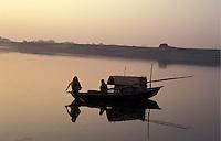 Bangladesh, Dhaka, 15 Januari 1991..Vissersbootje, tijdens zonsopkomst, op een rivier ten Noorden van Dhaka...River fishing boat, at sunrise,  north of Dhaka...Photo by Kees Metselaar