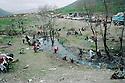 Iraq 1991 The Iraqi Kurds on their way to the border of Haj Omran, fleeing from the Iraqi army Irak 1991 Les Kurdes irakiens fuyant l'armée irakienne, en route pour Haj Omran a la frontière iranienne