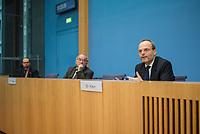 """Dr. Felix Klein, Beauftragter der Bundesregierung fuer juedisches Leben in Deutschland und den Kampf gegen Antisemitismus, Prof. Matitjahu Kellig, Vorsitzender des Vorstandes von Toleranz-Tunnel e. V. und Helge Lindh, FDP-MdB stellten am Montag den 25. Januar 2021 in Berlin stellten anlaesslich des internationalen Gedenktag fuer die Opfer des Nationalsozialismus (dem 27.Januar) das Projekt """"Toleranz Tunnel"""" vor.<br /> Das Projekt will innerhalb der kommenden fuenf Jahre mit zehn Toleranz-Tunneln durch die Bundesrepublik touren und dabei """"Respekt, Toleranz, Zivilcourage und Mitmenschlichkeit propagieren"""".<br /> Massgeblich an der Planung und Realisierung sind die Kreuzberger Initiative gegen Antisemitismus (KIgA) sowie die Universitaet Bielefeld beteiligt. Gefoerdert wird das Projekt mit 6,25 Millionen Euro von der Bundesregierung.<br /> Der erste Tunnel soll im September 2021 in Detmold eroeffnet werden.<br /> Im Bild vlnr.: Helge Lindh, Prof. Matitjahu Kellig und Dr. Felix Klein.<br /> 25.1.2021, Berlin<br /> Copyright: Christian-Ditsch.de"""