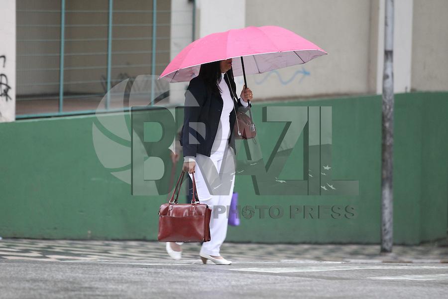 SAO PAULO, SP, 01.06.2015 - CLIMA-SP - Pedestres usam guarda chuva rua Cristovão Colombo na região central de São Paulo nesta segunda-feira, 01. (Foto: Luiz Guarnieri/Brazil Photo Press)