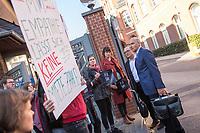 """Protest von """"Psychotherapeuten in Ausbildung"""" vor der Sitzung des Charite-Aufsichtsrat am Freitag den 19. Oktober 2018. Die Therapeuten und Therapeutinnen muessen ihre Ausbildung mit bis zu 750,-€ monatlich selber finanzieren und forderten vor der Aufsichtsratssitzung eine angemessene Bezahlung.<br /> Im Bild: Protestierende im Gespraech mit Mitgliedern des Aufsichtsrat (rechts Prof. Dr. Dr. med. habil. Dr. phil. Dr. theol. h. c. Eckhard Nagel).<br /> 19.10.2018, Berlin<br /> Copyright: Christian-Ditsch.de<br /> [Inhaltsveraendernde Manipulation des Fotos nur nach ausdruecklicher Genehmigung des Fotografen. Vereinbarungen ueber Abtretung von Persoenlichkeitsrechten/Model Release der abgebildeten Person/Personen liegen nicht vor. NO MODEL RELEASE! Nur fuer Redaktionelle Zwecke. Don't publish without copyright Christian-Ditsch.de, Veroeffentlichung nur mit Fotografennennung, sowie gegen Honorar, MwSt. und Beleg. Konto: I N G - D i B a, IBAN DE58500105175400192269, BIC INGDDEFFXXX, Kontakt: post@christian-ditsch.de<br /> Bei der Bearbeitung der Dateiinformationen darf die Urheberkennzeichnung in den EXIF- und  IPTC-Daten nicht entfernt werden, diese sind in digitalen Medien nach §95c UrhG rechtlich geschuetzt. Der Urhebervermerk wird gemaess §13 UrhG verlangt.]"""