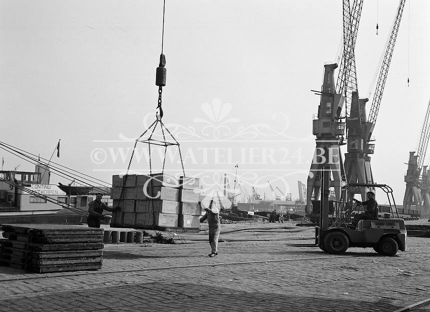 April 1964. Gylsen Stevedoring in de haven van Antwerpen.