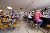 4415 /Little A'Le'Inn: AMERIKA, VEREINIGTE STAATEN VON AMERIKA, NEVADA,  (AMERICA, UNITED STATES OF AMERICA), 03.06.2006: . Eine kleine Kneipe, das Little A'Le'Inn, mit Bildern von UFO-Sichtungen an den Wänden und einem gehörigen Stapel zum Thema passenden Lesestoffs, laedt Reisende zur Rast. Auch Essen und Uebernachtungen werden dort angeboten. Einige Besucher hatten dort sogar ihre eigene Begegnung der dritten Art, in Form von unueblichen Lichterscheinungen entlang des Highways 375, der mittlerweile auch offiziell Extraterrestrial Highway heisst. In den meisten Faellen ließen sich diese Erscheinungen jedoch auf Kampfjets des Uebungsgelaendes Nellis Range zurueckfuehren...