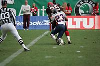 Alex Haynes (Runningback Cologne Centurions) erzielt gegen Abraham Elimimian (Cornerback AMsterdam Admirals) einen Touchdown