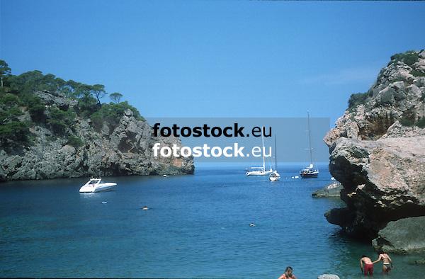 yachts and sailing boats at Deia bay<br /> <br /> yates y barcos de vela en la Cala Deià<br /> <br /> Motoyachten und Segelboote in der Bucht von Deia<br /> <br /> 3728 x 2448<br /> 150 dpi: 63,13 x 41,45 cm<br /> 300 dpi: 31,56 x 20,73 cm <br /> original: 35 mm slide transparency