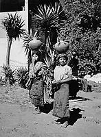Frauen in Santiago Atitlan, Guatemala 1970er Jahre. Women of Santiago Atitlan, Guatemala 1970s.